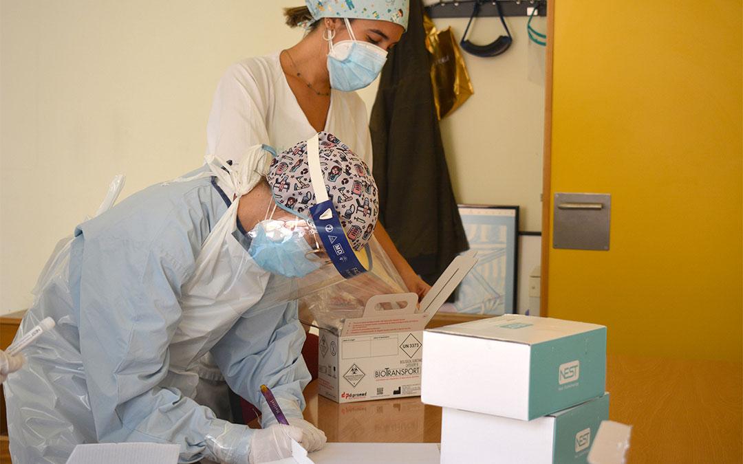 El personal sanitario del centro de salud de Alcañiz se prepara para realizar pruebas PCR./ L.C.