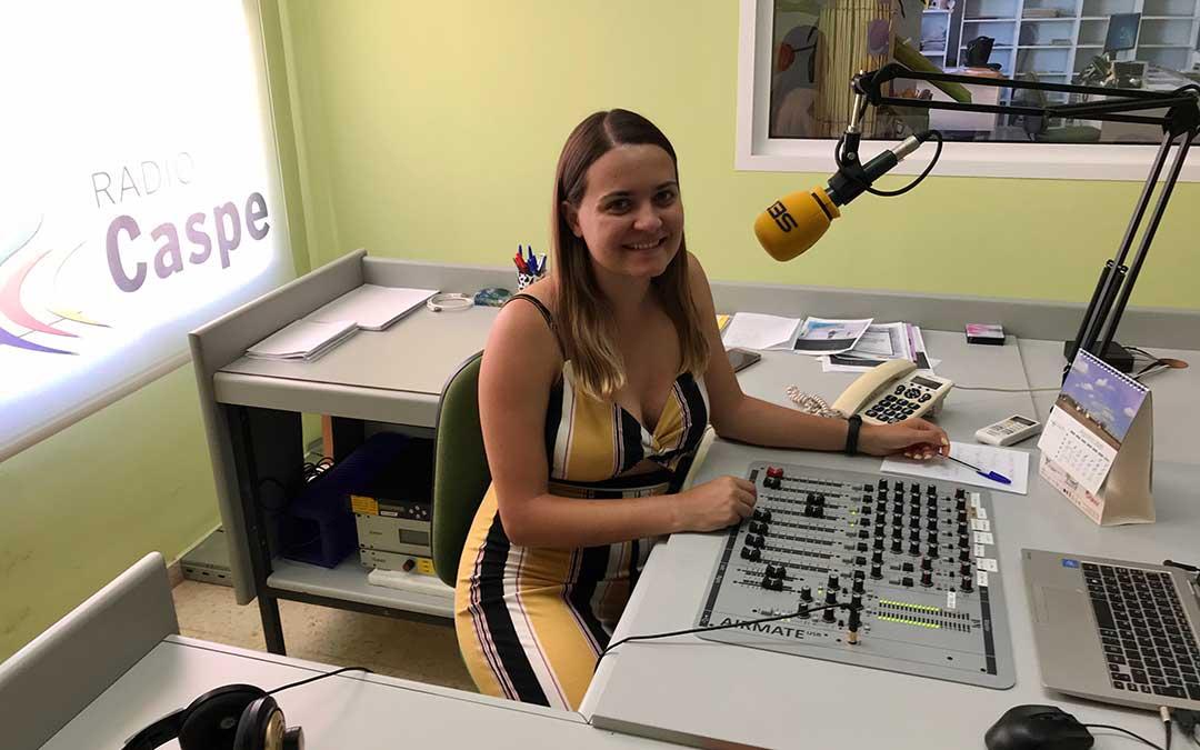 Pilar Sariñena en el estudio de Radio Caspe.