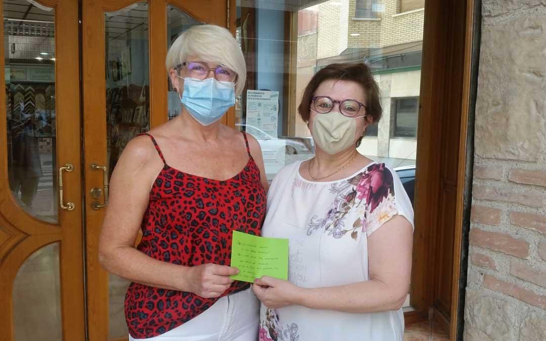 Pili Omedes (izda.) durante la entrega del primer donativo de 50 euros a AFEDABA-Los Calatravos./ P.O.