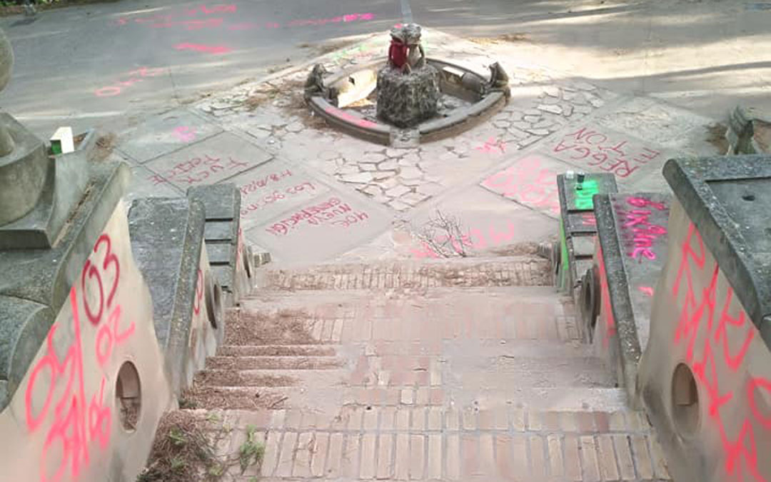 La fuente de las Ranetas, llena de pintadas / I. Marco