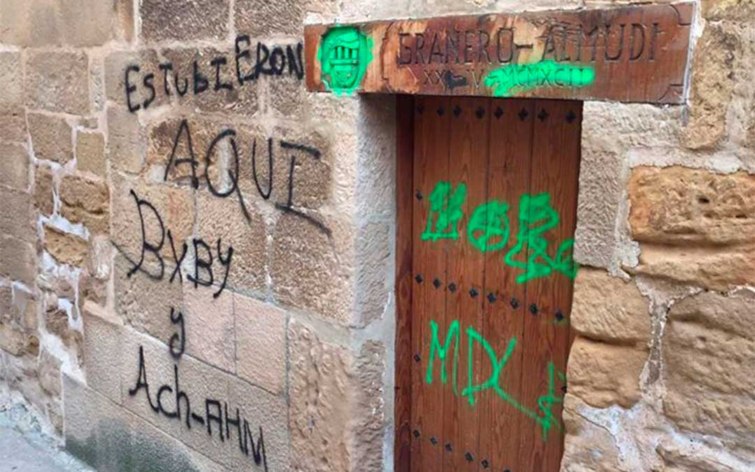 Pintadas en la sede del Cachirulo en Alcañiz./ L.C.
