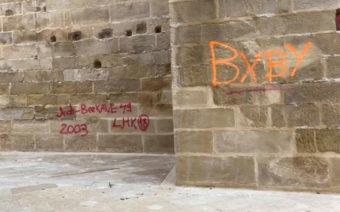 Llenan de pintadas la Torre Gótica y el casco histórico de Alcañiz