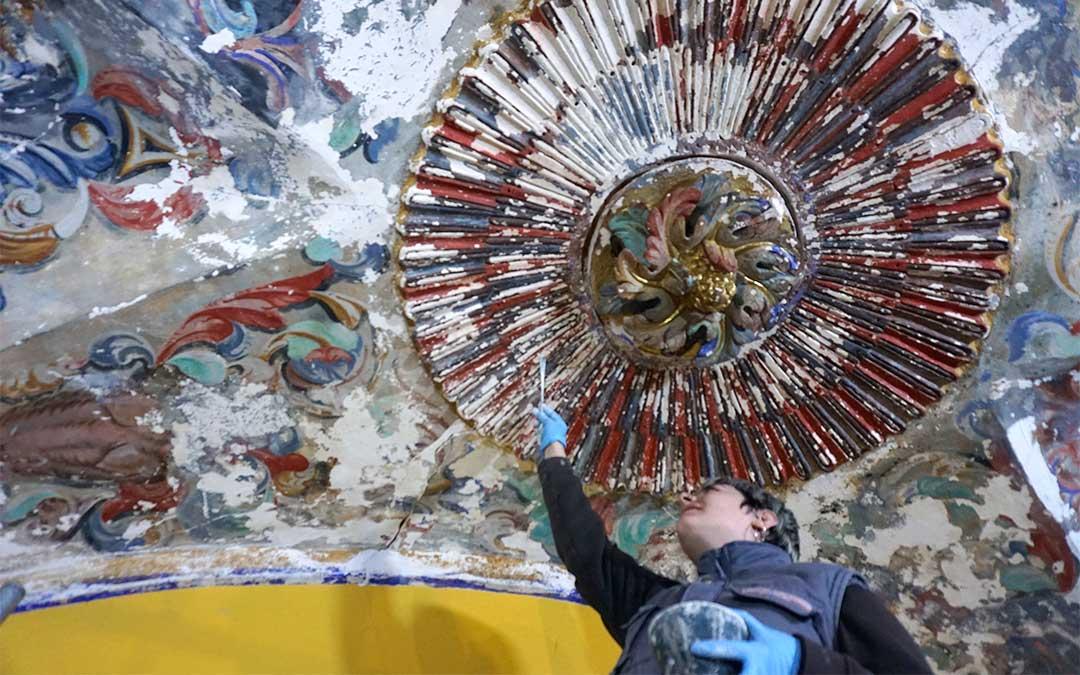 Una de las restauradoras trabajando en la bóveda de la ermita de Molinos./ L.C.