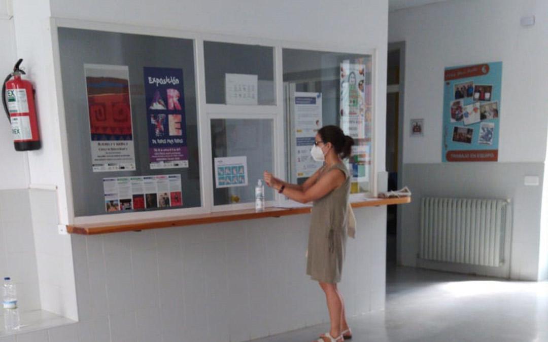 Punto de desinfección en la entrada del colegio de Educación Especial Gloria Fuertes de Andorra./LA COMARCA
