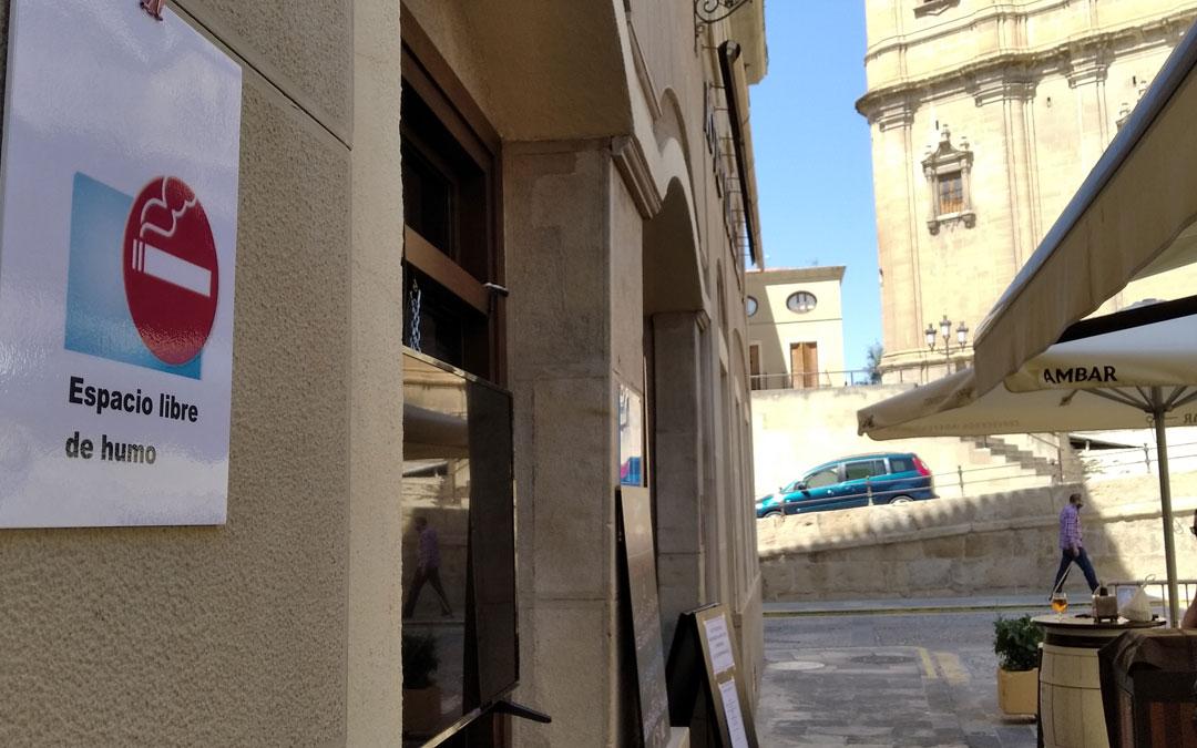El cartel de zona libre de humos luce en la terraza del Guadalope en Alcañiz.
