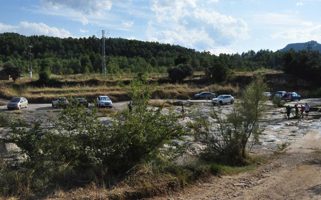 El consistorio quiere evitar que los vehículos aparquen en el entorno de la pasarela.