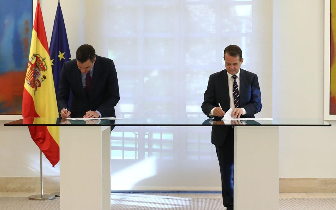 Pedro Sánchez y Abel Caballero, firmando el acuerdo. / Pool Moncloa - Fernando Calvo
