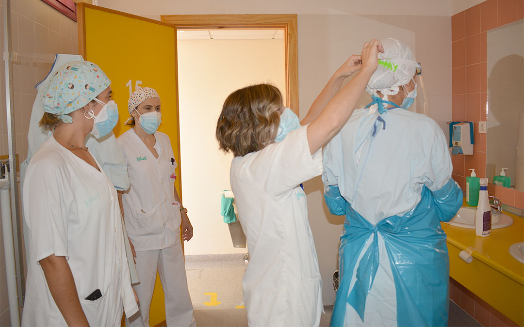 Las sanitarias del centro de salud de Alcañiz se preparan para realizar pruebas PCR./ M. Celiméndiz