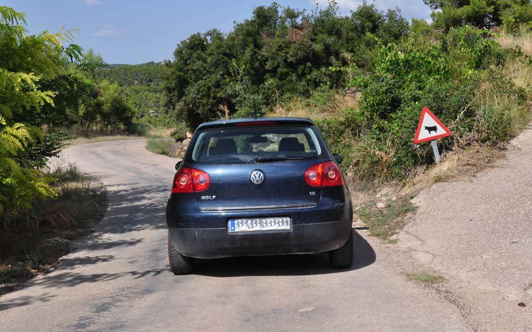 El asfalto está en mal estado y apenas existe señalización horizontal.