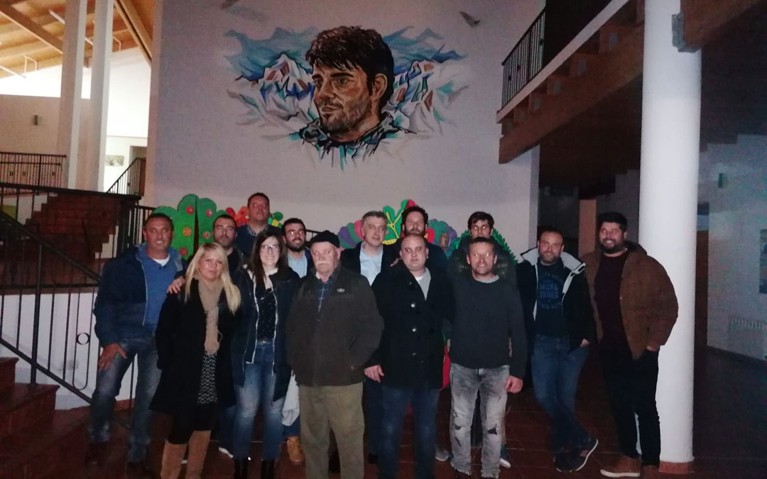 Miembros de UAGA en el mural en homenaje a Iranzo en el CEA Ítaca, centro que lleva su nombre