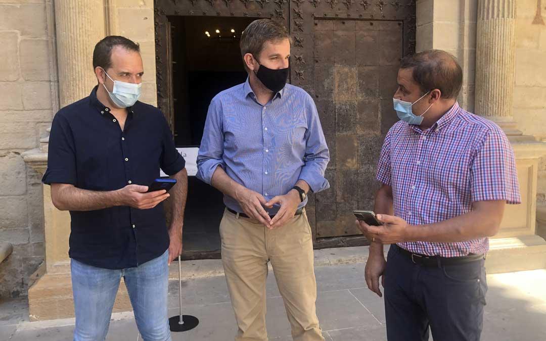 Javier Gimeno, de Netllar; Ignacio Urquizu, alcalde de Alcañiz; y José Juan Zapater, técnico de Informática del Ayuntamiento de Alcañiz, este miércoles durante la presentación de la red wifi pública