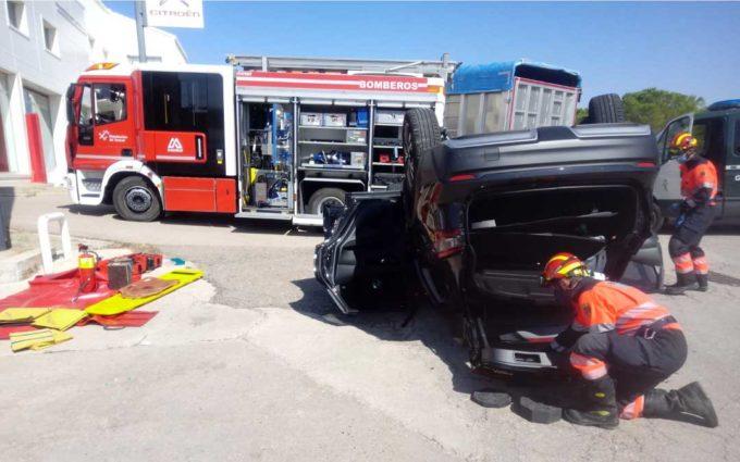 Los bomberos excarcelan a una persona atrapada en un accidente en La Puebla