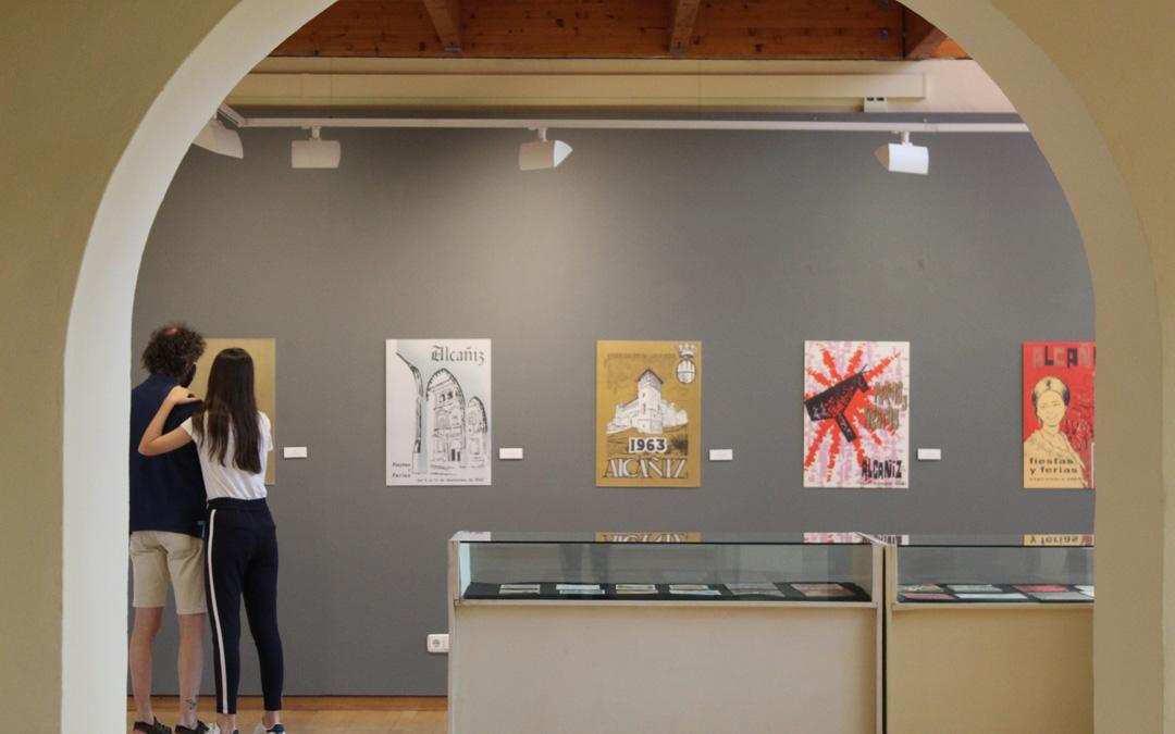 Los primeros visitantes a la muestra 'En Cartel' en Alcañiz. / B. Severino