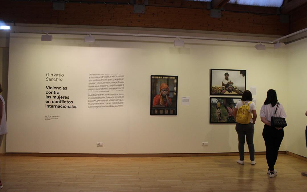 La fotografía tomada en 2001 de Mariatu Kamara, una niña amputada de Sierra Leona, protagoniza el cartel y marca el inicio de la muestra. / B. Severino