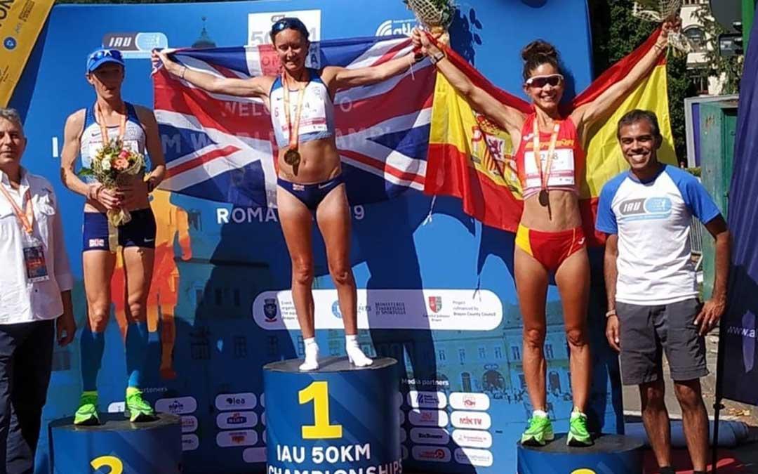 La atleta albalatina Alicia Pérez en el tercer cajón del podio del mundial en la modalidad de 50 km. en ruta