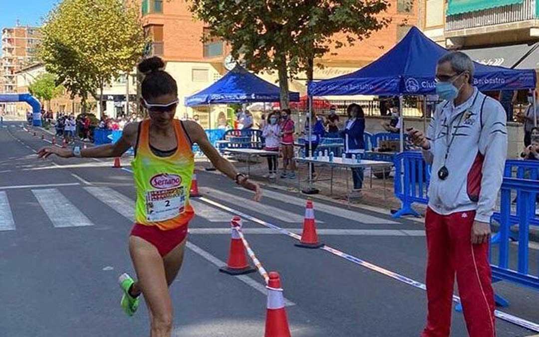 Alicia Pérez a su paso por línea de meta en la Media Maratón de Barbastro./ Twitter Cárnicas Serrano