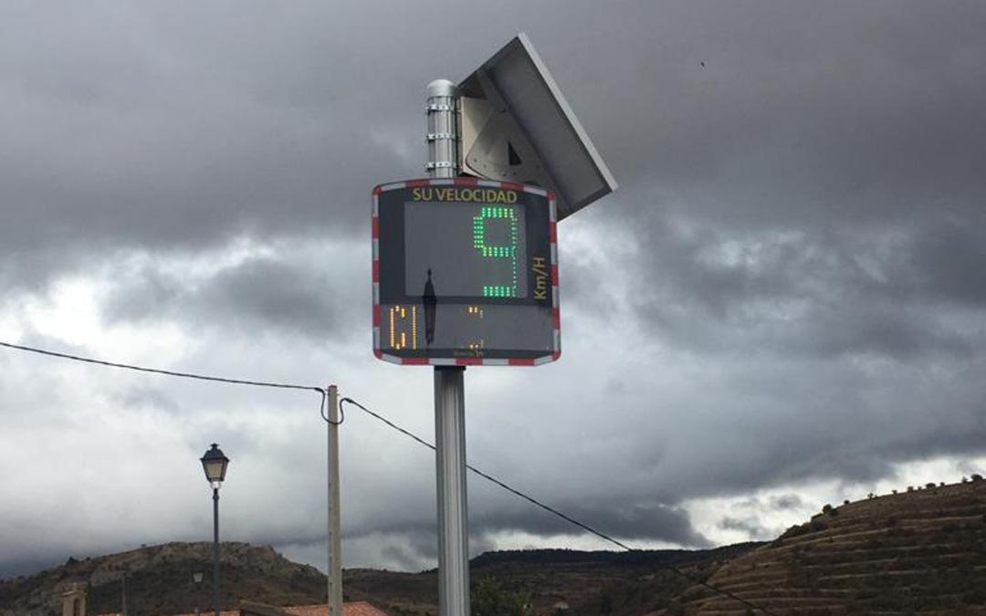 El radar que indica la velocidad en la travesía de Allepuz. / DGA