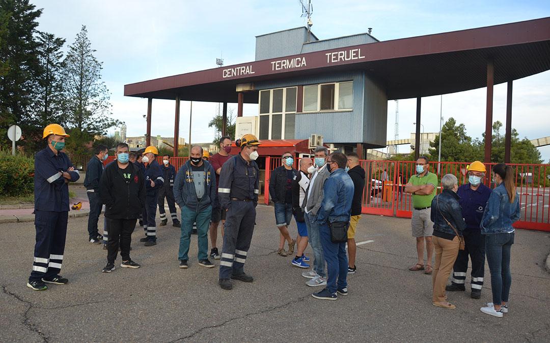 Los trabajadores de Nervión acompañados por los de Endesa en la puerta de la Central/ M.Q.