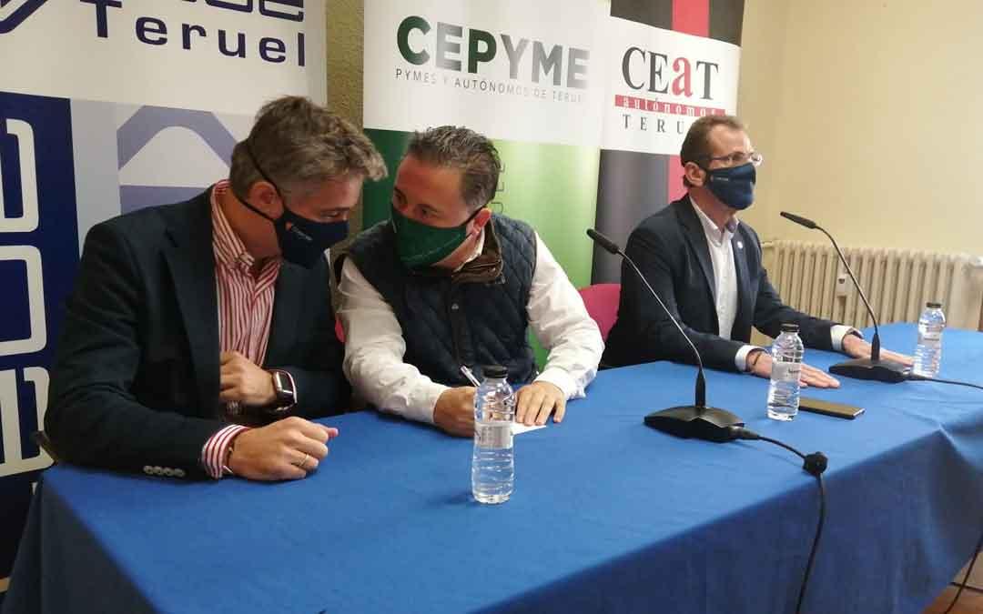 Sergio Calvo (Director general de CEOE, Cepyme y CEAT), Juan Ciércoles (Pte. CEOE y Cepyme Teruel) y Ángel Muela (ex presidente CEOE Teruel) este lunes por la mañana en rueda de prensa en Teruel.