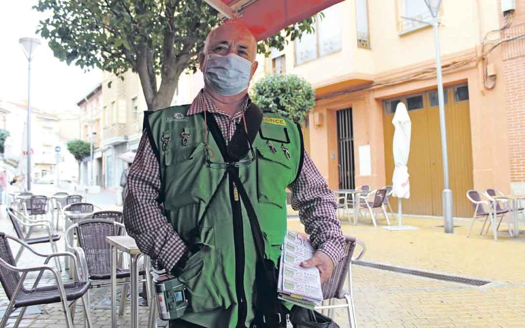 Juan Antonio Gracia, vendedor de cupones. / B. Severino