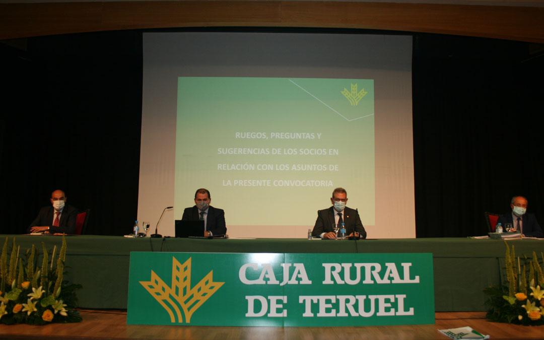 Presidencia de la asamblea extraordinaria que Caja Rural de Teruel ha celebrado en la capital de la provincia
