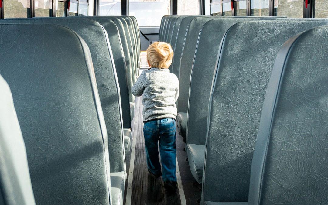 Un niño en un autobús en una imagen de archivo. / Pixabay