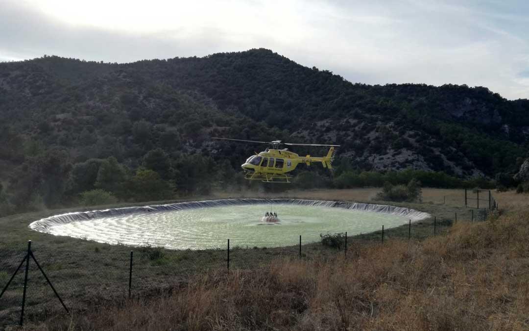 Helicóptero de la DGA captando agua en la balsa de incendios del barranco de Formenta en Beceite.