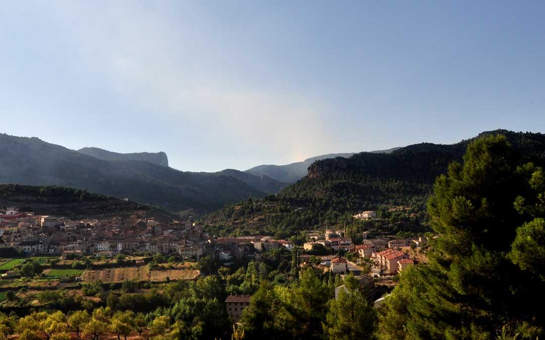 La columna de humo es visible desde varios kilómetros a la redonda. Imagen tomada desde Beceite.