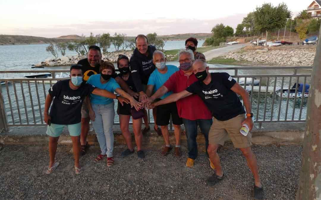 Integrantes de BluEbro y de la Asociación de Amigos del Castillo del Compromiso de Caspe, en el Mar de Aragón.