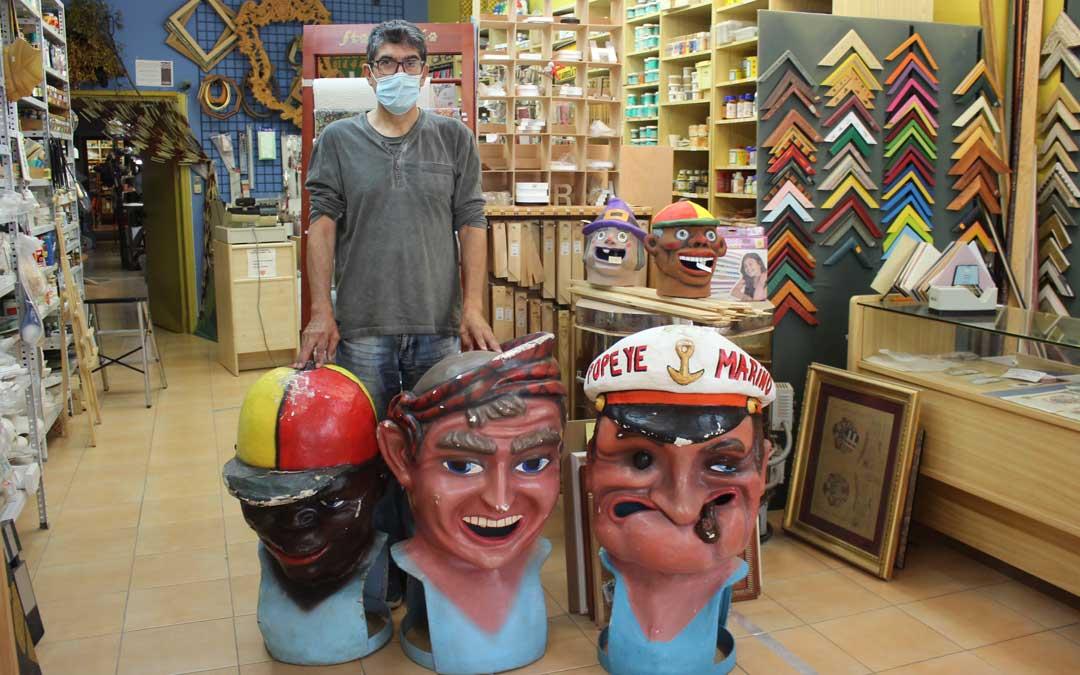 Fernando Crespo, de la tienda Zig Zag de Alcañiz, con los cabezudos que restaurará / L. Castel
