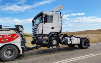 El aparatoso accidente de un camión corta el tráfico en la N-211
