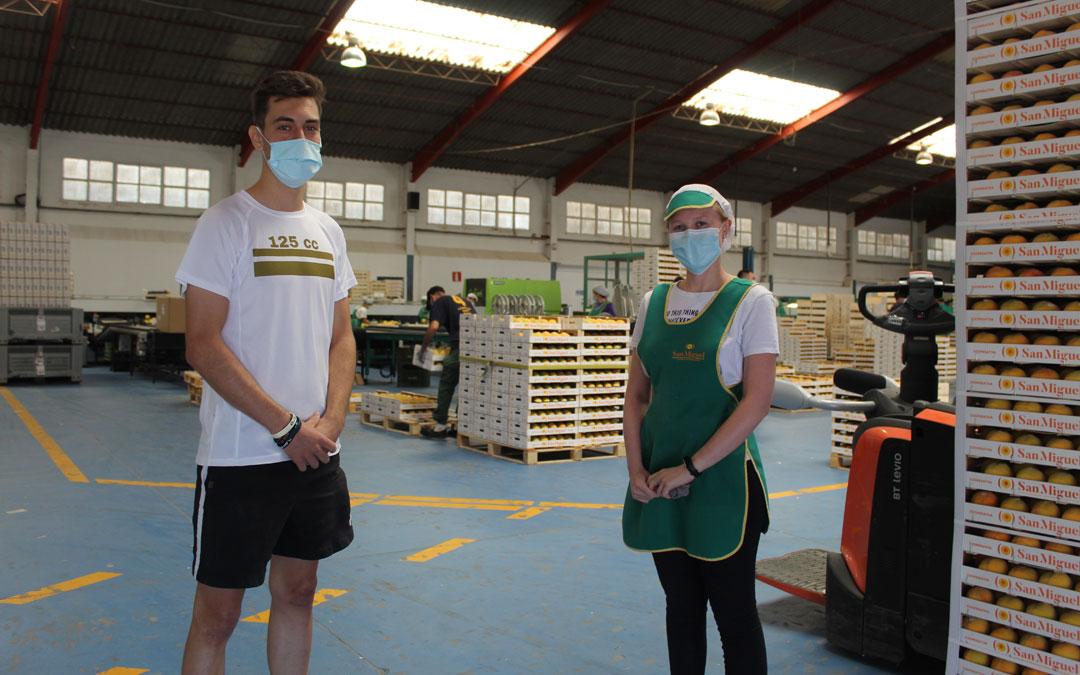 Sergio Conesa y María Alcázar son dos jóvenes estudiantes calandinos que trabajan en el melocotón en verano. Este ha sido el tercero en la Cooperativa San Miguel. / B. Severino