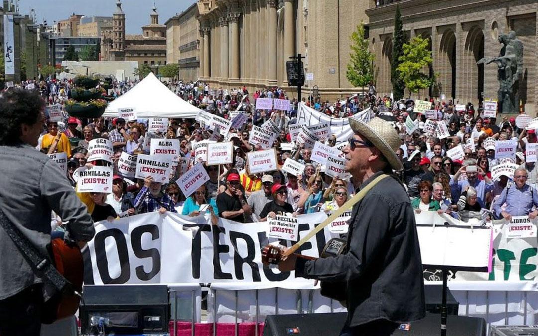 Joaquín Carbonell cantando en la manifestación por el futuro de la provincia en 2018 en Zaragoza / Teruel Existe