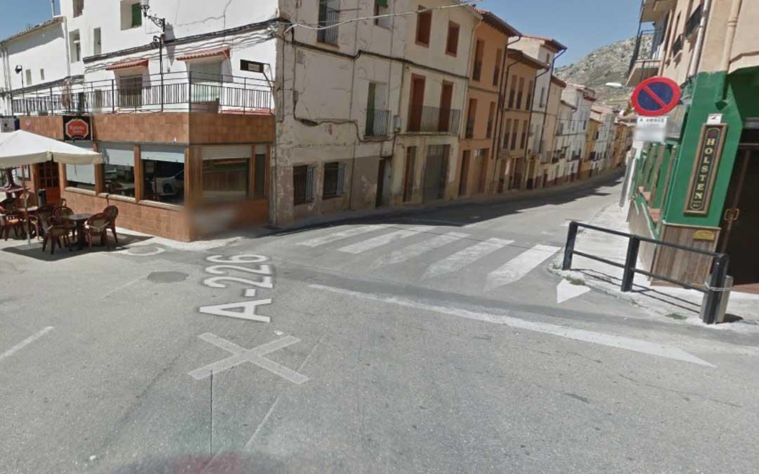 La travesía A-226 a su paso por Castellote junto a la plaza de España. / Google Street