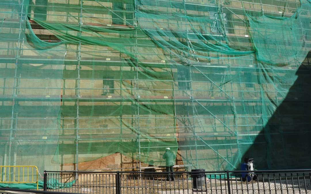 La fachada Sur se encuentra en pleno proceso de restauración.