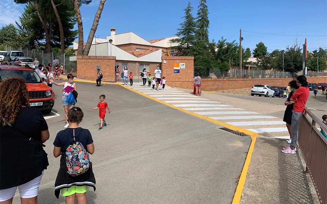Salida de alumnos del colegio El Justicia de Aragón este lunes al mediodía / M. Quílez