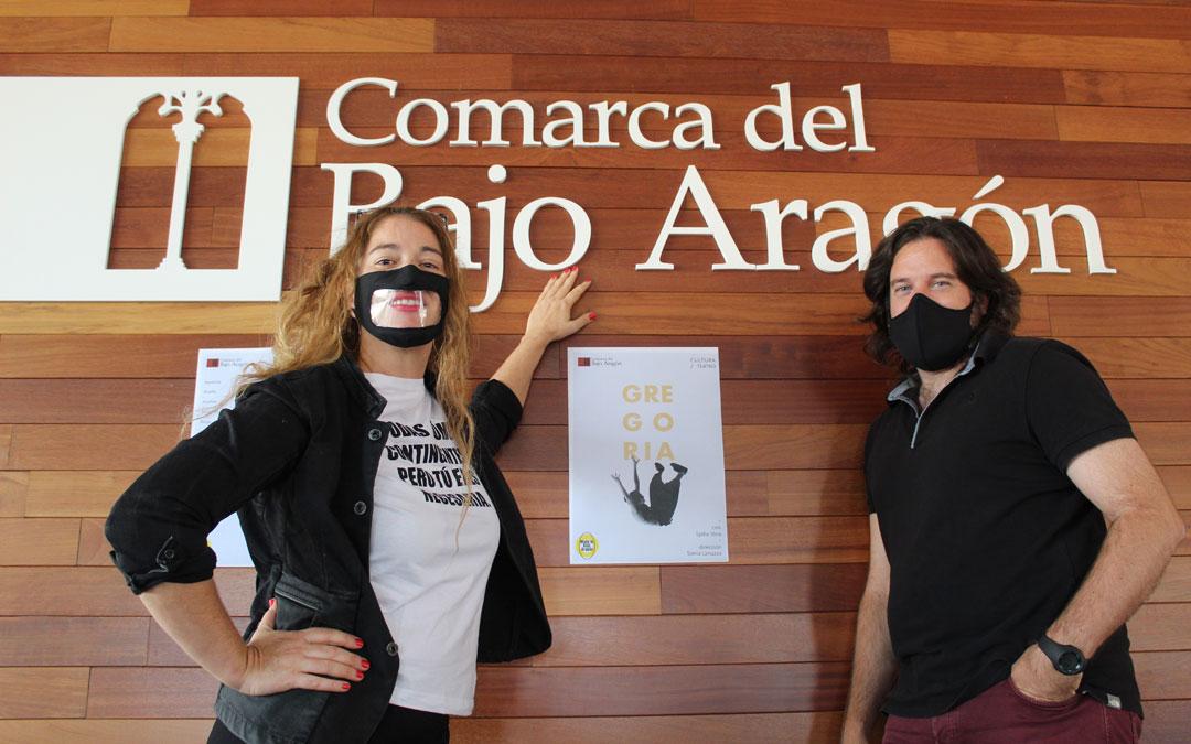 Sonia Lanuzza, directora de 'Gregoria', con el modelo de mascarilla que emplean en la escuela de teatro con el fin de facilitar la comunicación; y Jorge Abril, consejero delegado de Cultura de la Comarca del Bajo Aragón. / B. Severino