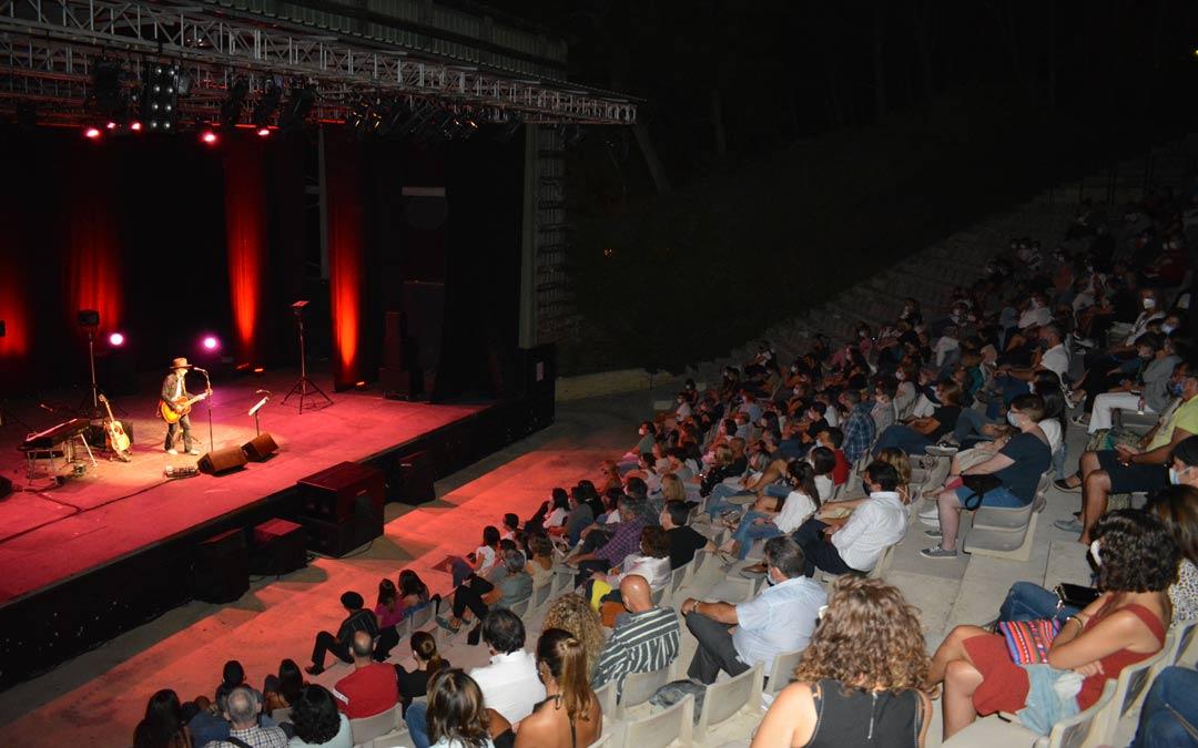 Mikel Erentxun en concierto en el anfiteatro Pui Pinos de Alcañiz./I.M.