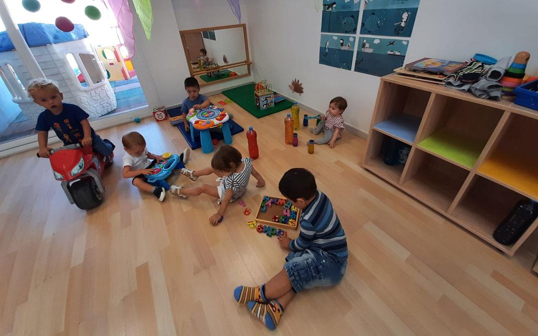 Los pequeños, en el aula de la escuela infantil de Cretas de 'Sagalets'.
