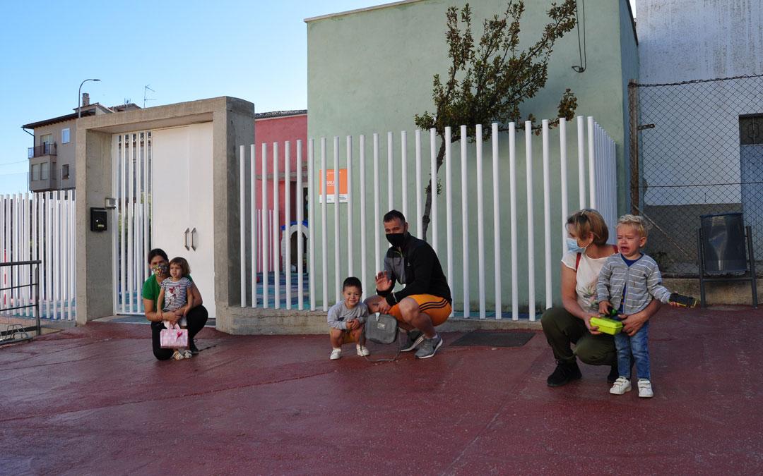 Sonrisas y llantos en el segundo día de inicio de la actividad en el aula de Cretas de 'Sagalets', la escuela infantil que gestiona la Comarca del Matarraña en nueve localidades. / Javier de Luna