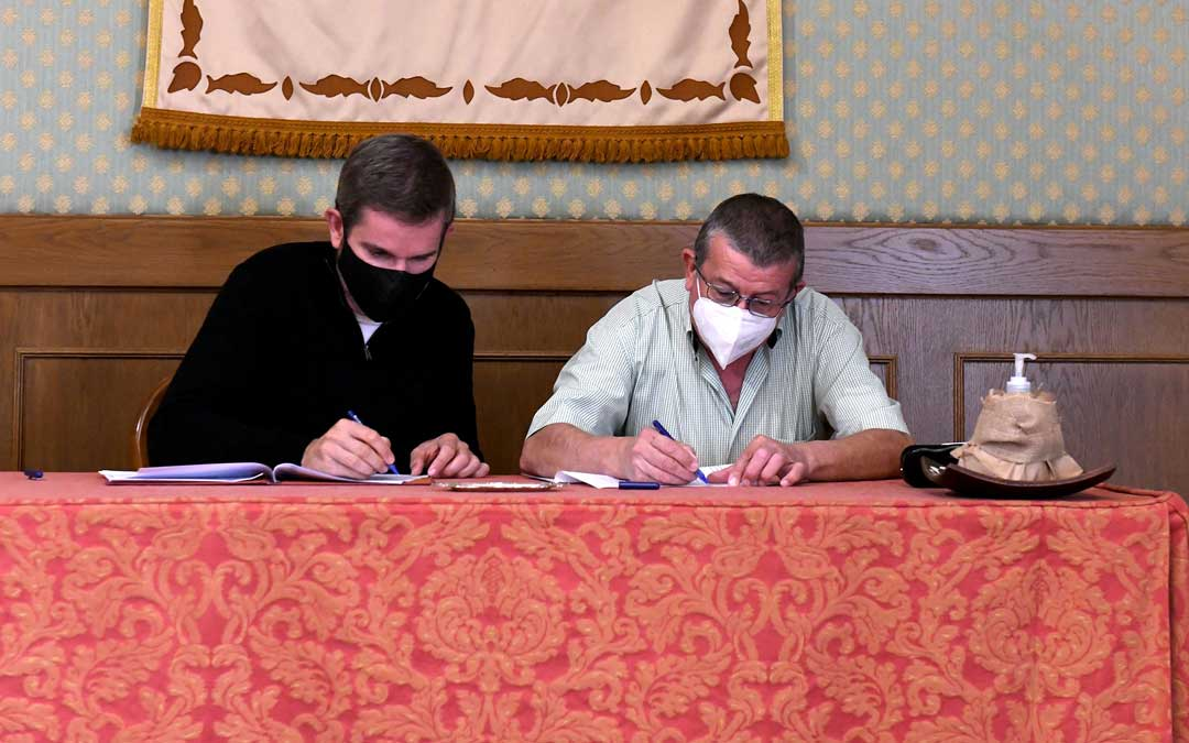El alcalde de Alcañiz, Ignacio Urquizu y el presidente de la Asamblea Comarcal de Cruz Roja alcañizana, José Enrique Pérez
