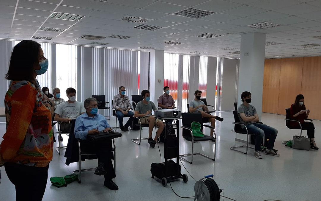 Alumnos del Curso Extraordinario de la Universidad de Zaragoza durante la mañana del jueves en las instalaciones de Motorland Aragón./