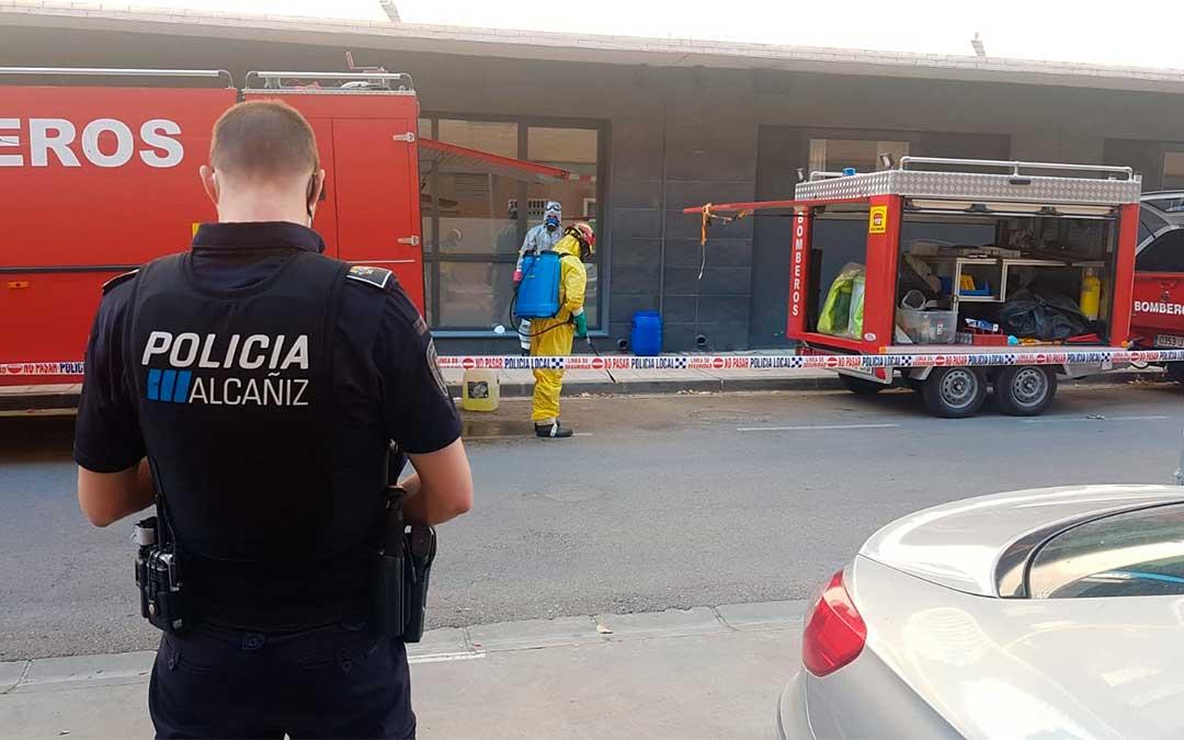 Los Bomberos de Alcañiz han desinfectado este domingo el edificio de viviendas tuteladas con el apoyo de la Policía Local