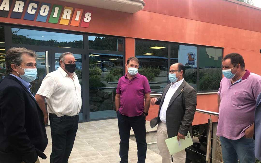 El presidente y el director de Grupo Arcoiris, Delfín Albesa y Juan José Moles, junto a varios alcaldes, recibieron a Izquierdo