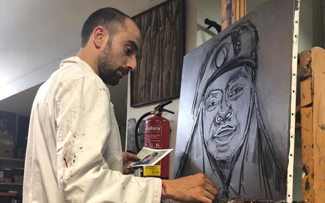 Carlos, en el estudio que fundó su abuelo dando forma a uno de sus retratos entre corrección y corrección a sus alumnos. / Estudio Cañada