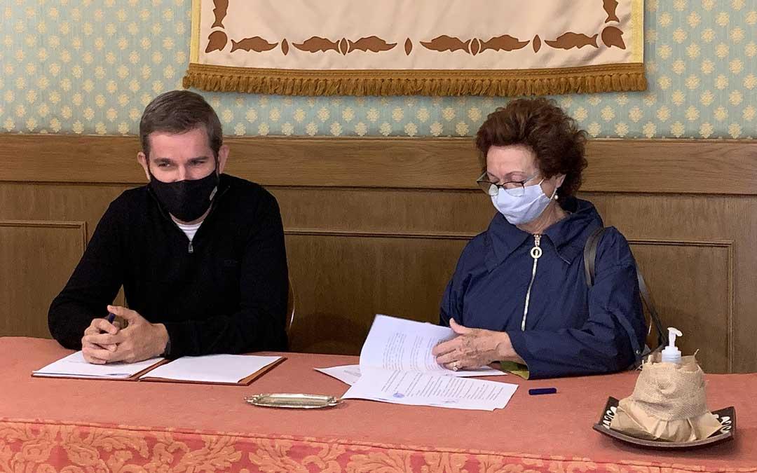 El alcalde de Alcañiz, Ignacio Urquizu y la presidenta de Amas de Casa de Alcañiz 'Ercávica', María Dolores Serrano