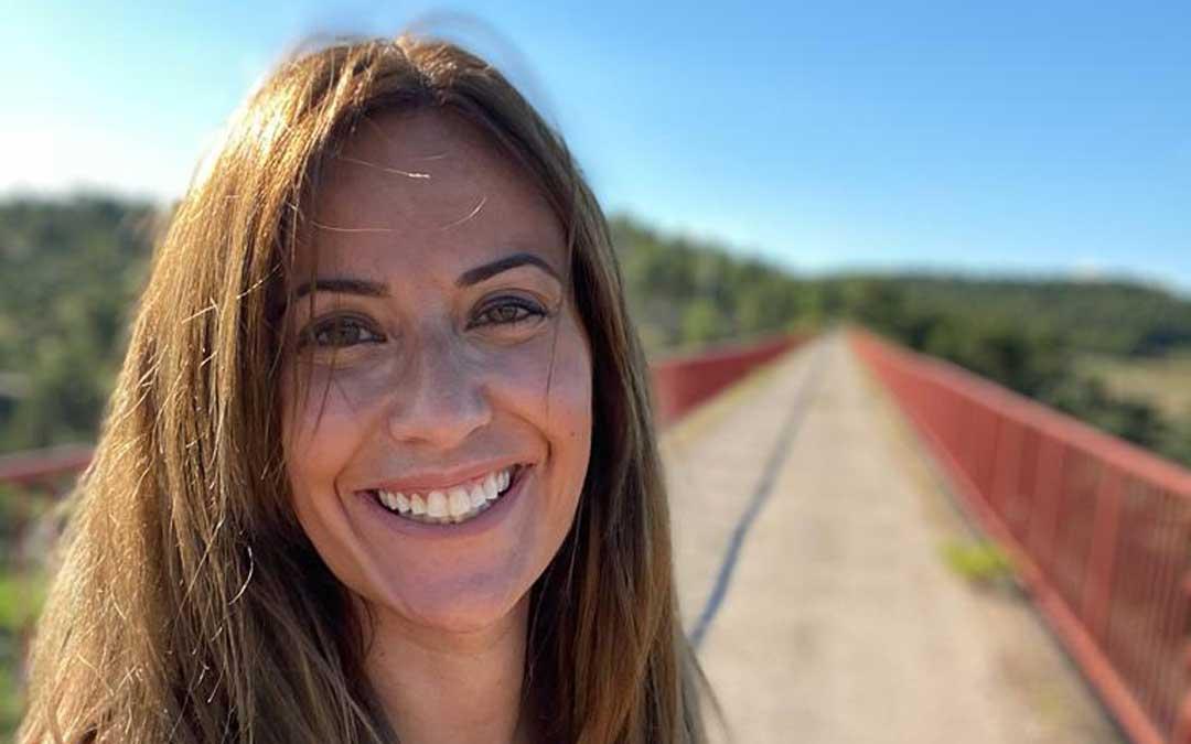 Esther Villoro en el puente de la Vía Verde en Torre del Compte.
