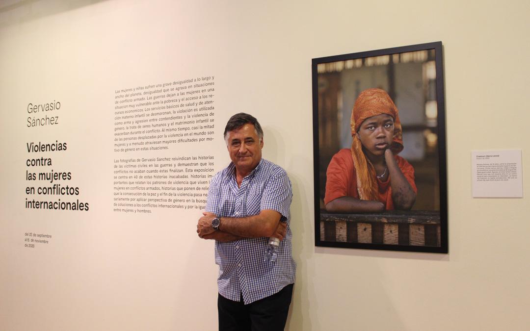 Gervasio Sánchez expone y contextualiza 40 fotografías sobre las violencias a las mujeres en conflictos internacionales. / B. Severino
