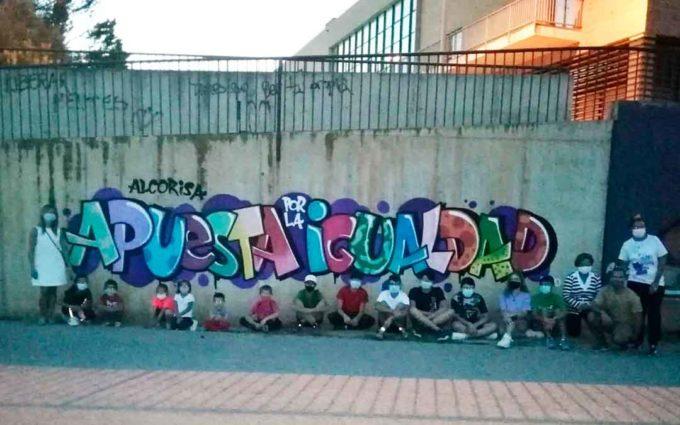 Los más jóvenes de Alcorisa pintan un graffiti como apuesta por la igualdad