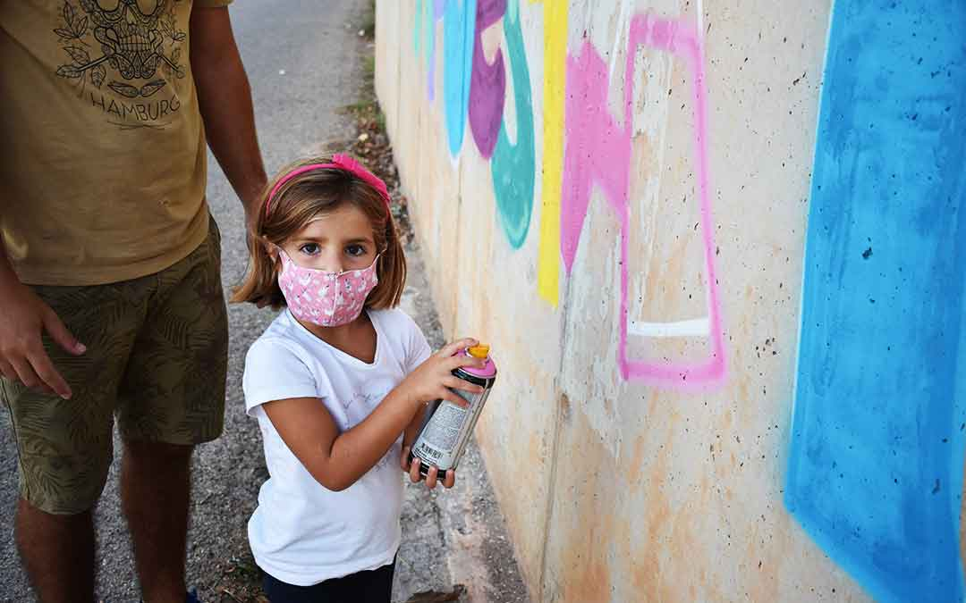 Una niña alcorisana dándole color a una de las letras.